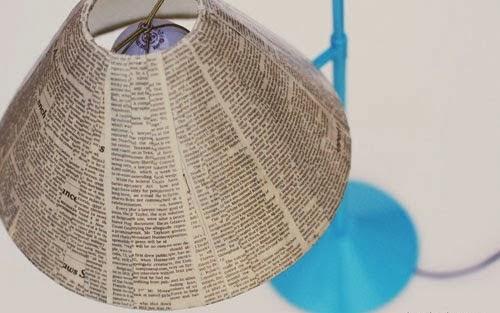 C mo decorar una l mpara con papel peri dico - Como hacer una lampara de pie artesanal ...