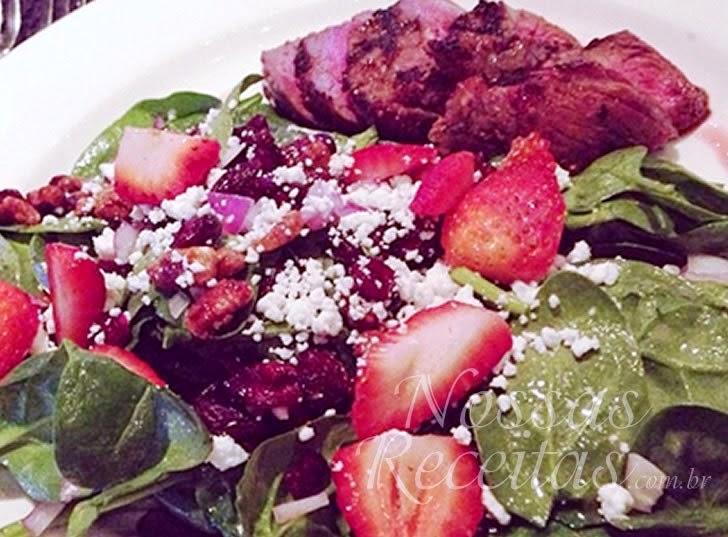 receita de salada preparada com morango fresco e espinafre