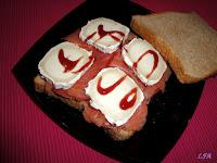Sandwich de salmón y rulo de cabra