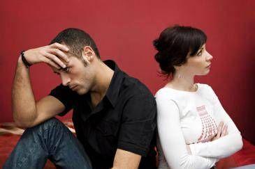 الغيرة بين الزوجين تنخفض مع تقدم السن - زوجان متخاصمان تعيسان - angry couples