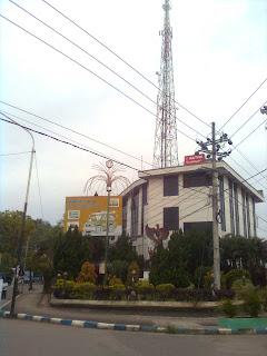 Gedung Grindulu FM tampak dari jembatan penceng