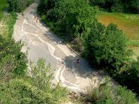 Vista de l'inici d'un meandre de la Riera de Pierola des des dalt de les Obagues de Can Mata