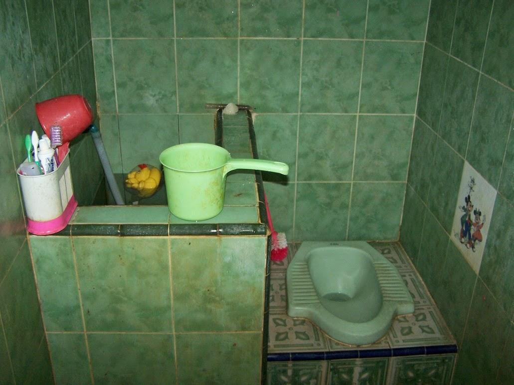 Kamar Mandi Dengan Bak Air Menempel di Dinding / Tembok