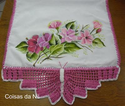 """pano de copa com borboleta de croche e pintura de hibiscos rosados"""