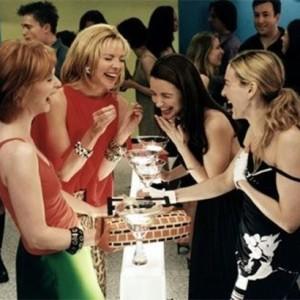 أخطاء يرتكبها الرجال عند محاولة الاقتراب من النساء,بنات نساء يضحكون اصدقاء,approaching-women-mistakes girls laughing