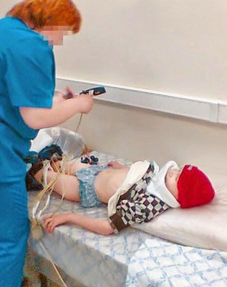 doctora cuidando a un niño