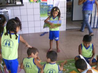 Criança fazendo leitura na roda