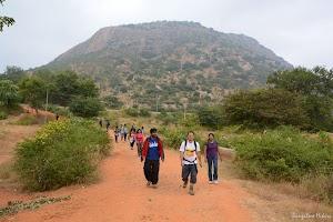 Hikers descended Maklidurga
