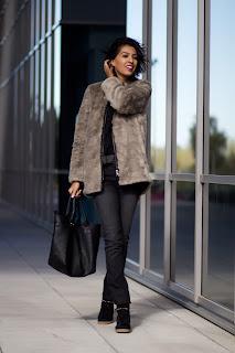 http://2.bp.blogspot.com/-YyIrzuA2-3I/UI-TDGtle3I/AAAAAAAAD3M/I-9xqbsmVi8/s1600/fur+coat+street+style+5.jpg
