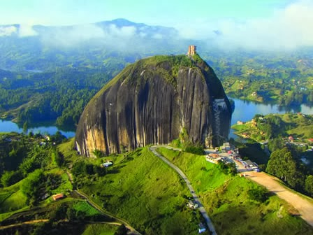 "La Piedra Del Penol, Batu Raksasa 10 Juta Ton dengan ""Jahitan"" di Kedua Celahnya"