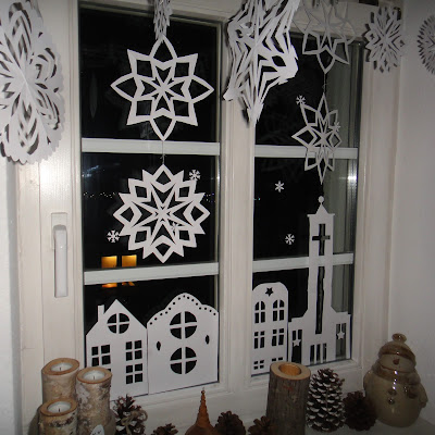ines felix kreatives zum nachmachen weihnachts fensterdeko aus papier. Black Bedroom Furniture Sets. Home Design Ideas