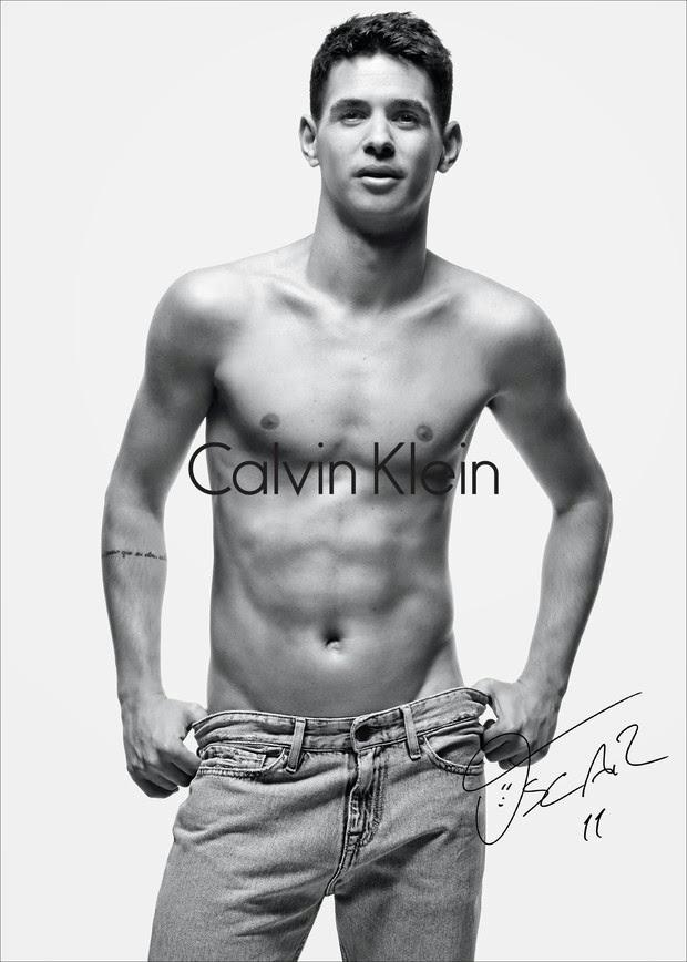 Oscar veste peça da Calvin Klein Jeans e mostra o físico sarado. Foto: Daniel Jackson