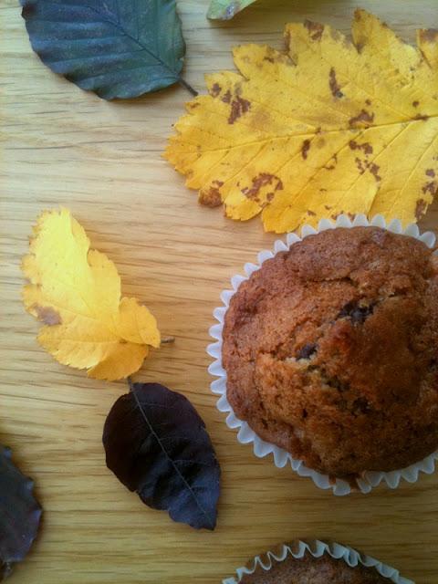 Jesienne muffiny z orzechami, jabłkiem i czekoladą