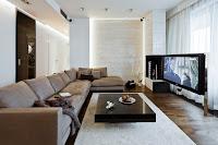 Decoracion de interiores de casas: Sala moderna con piso flotante, alfombra de centro blanca y pared del fondo y columna de material parecido al mármol brillante que da un toque de lujo y elegancia.