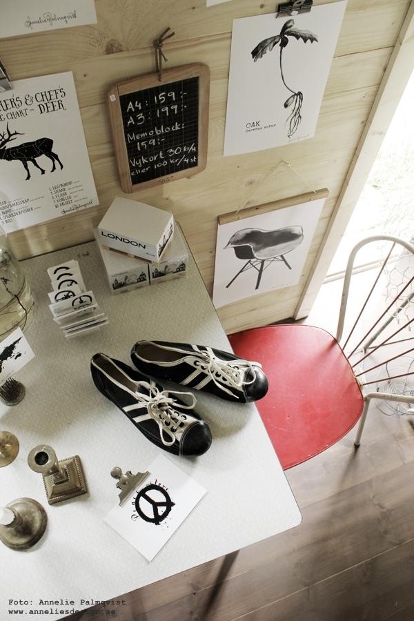 webshop, webbutik med inredning, konsttryck, tavlor, svartvit, tavla, styckningsdetaljer, styckningsschema, älg, hjort, fjädrar, posters, poster, print, prints, på väggen, upphängning av tavlor, oak, ekollon, gamla fotbollsskor, svart och vitt, svartvit, röd stol, susan cedgård, sik, vykort, anneliesdesign, annelies design & interior, inredning, inredningsblogg, varberg,