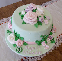 Torta verde con rose e farfalle