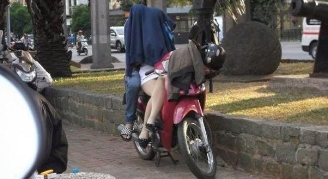 Đôi trai gái trùm áo, yêu ngay giữa đường phố đông người