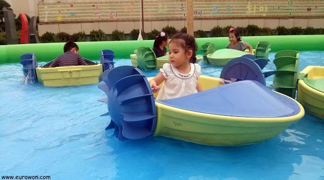 Sonia jugando en una piscina del Aeropuerto Internacinal de Gimpo