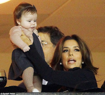 article 0 0EA9404800000578 234 634x574 Victoria Beckham and daughter Harper with Eva Longoria