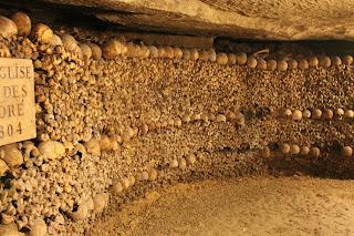 Aufgeschichtete Knochen in den Pariser Katakomben