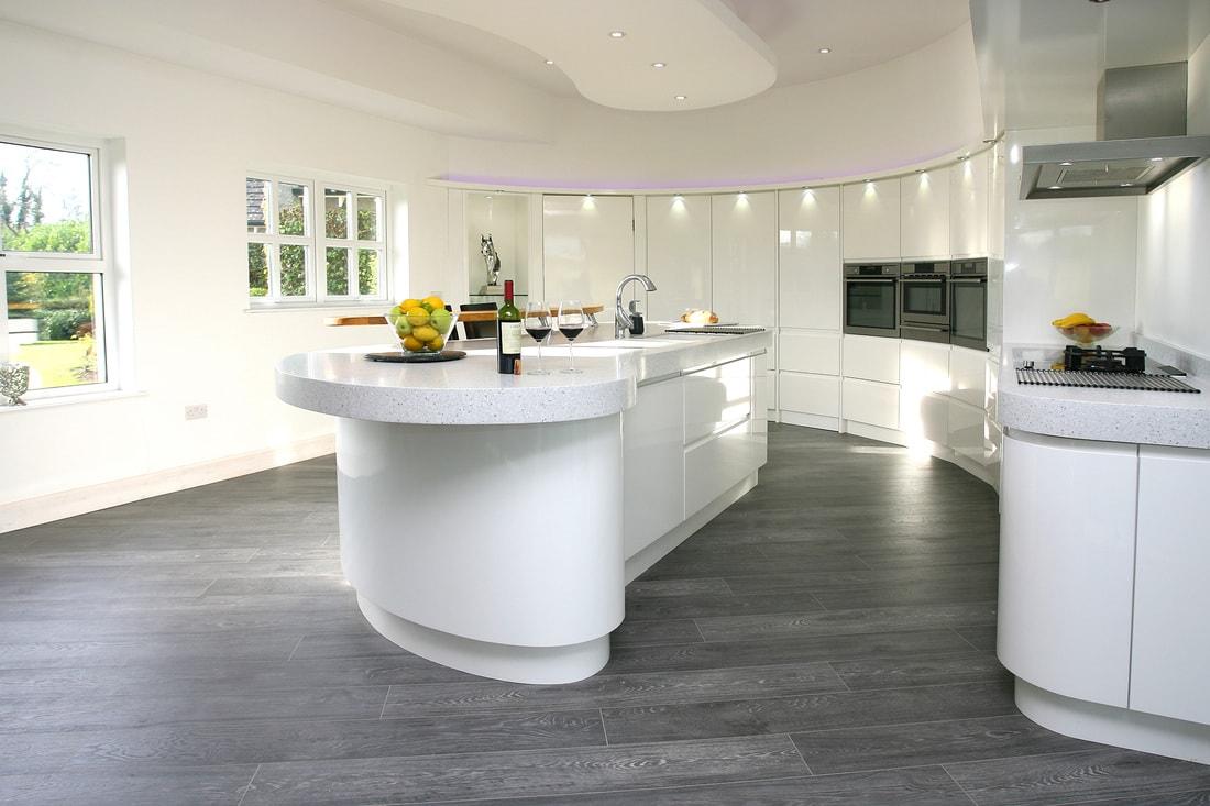Cocina blanca efecto curvado brookvalekitchens1 - Suelos para cocinas blancas ...