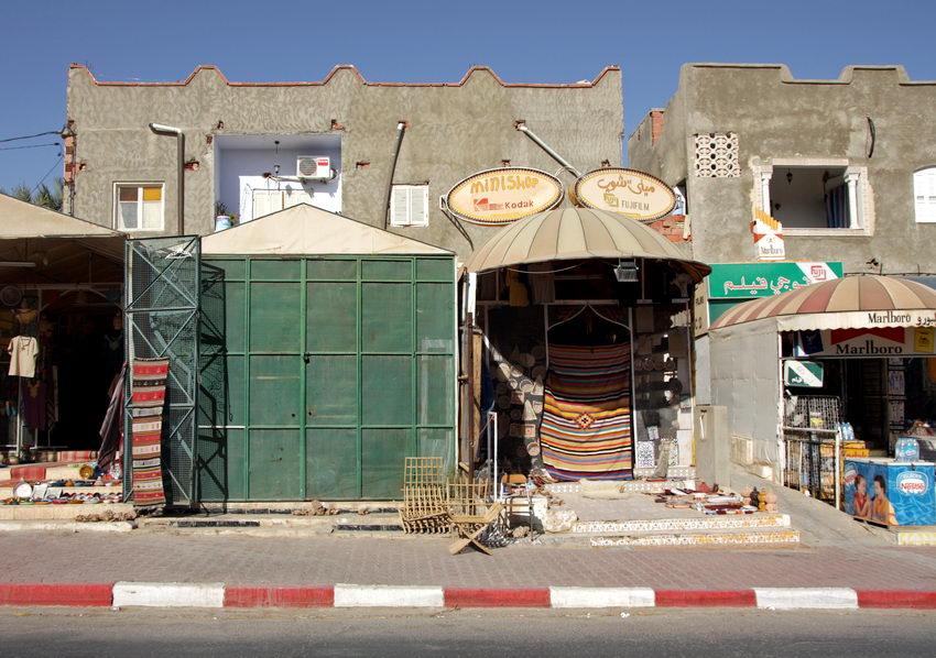 Rua com lojas e artigos de vestuário