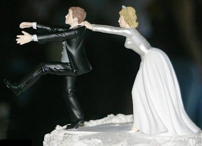 divertida figura de torta de la novia jalando al novio