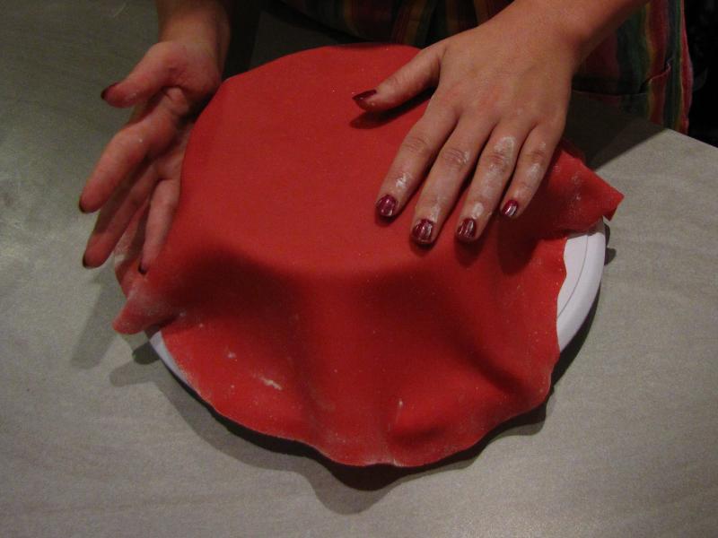 Kuchen mit fondant verkleiden