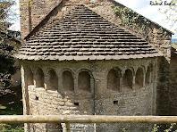 Detall del fris de finestres cegues de l'absis de Sant Esteve de Tavèrnoles. Autor: Ricard Badia