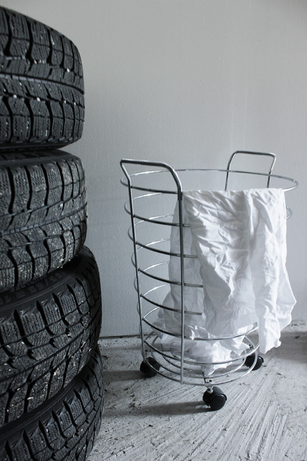 inredning i garaget, inreda garaget, garage för amerikanare, garage pontiac bonneville 1964, stålkorg, korg för trasor i garaget, däck