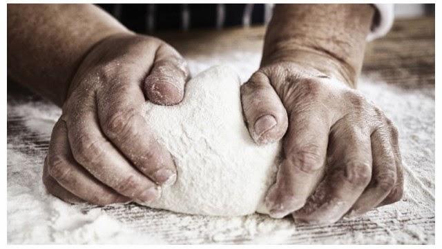 foto de manos amasando pan