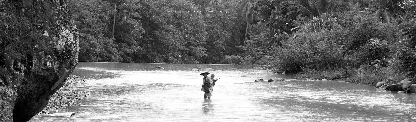 menyebrang sungai