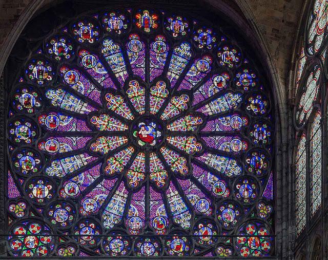 Basílica abacial de St Denis, Paris, França, rosácea do transepto norte. foto David Iliff
