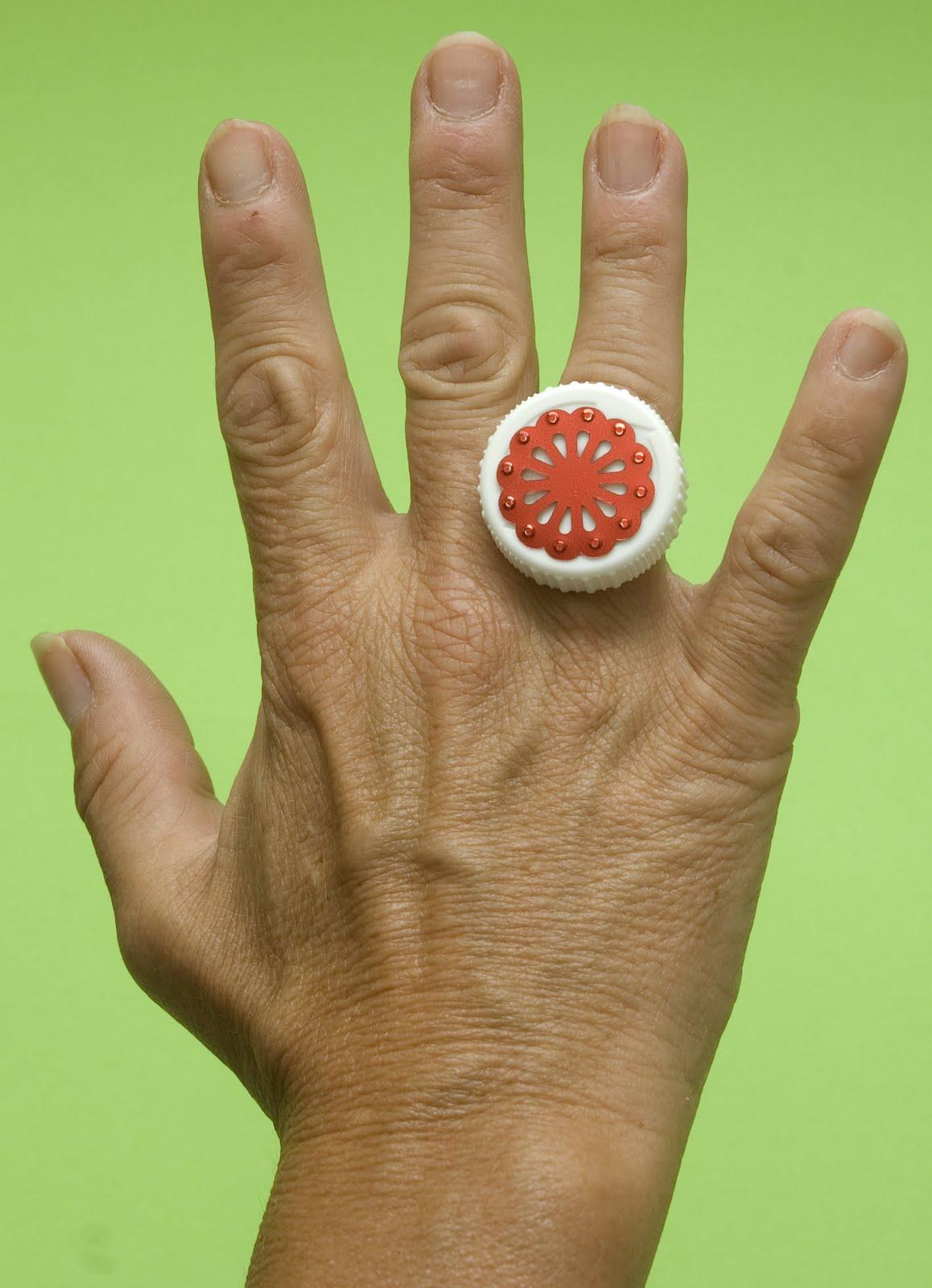 y si quieres hacer pendientes anillos o broches a juego con tus diademas solamente tendrs que pegar los tapones en las distintas fornituras