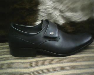 sepatu bally di lihat dari sisi kanan