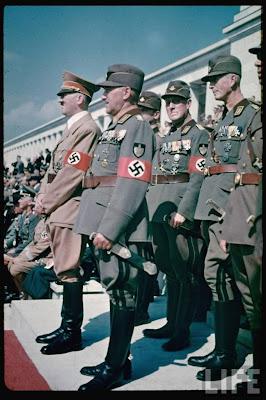Le congrès de Nuremberg ou Congrès du Reich (en allemand Reichsparteitag) est le rassemblement annuel du NSDAP (Parti national-socialiste) qui s'est tenu de 1923 à 1938 en Allemagne. À partir de l'arrivée au pouvoir d'Adolf Hitler en 1933, il a lieu chaque année au Reichsparteitagsgelände, gigantesque complexe construit par Albert Speer à Nuremberg. Il sert d'instrument de propagande nationale-socialiste. La cinéaste Leni Riefenstahl en tire le Triomphe de la volonté.  Hitler choisit cette prestigieuse cité médiévale pour y tenir chaque année le congrès du NSDAP. En 1927 et en 1929 déjà, deux congrès avaient eu lieu à Nuremberg, puis ceux-ci furent interdits par la ville jusqu'au moment où Hitler devint chancelier du Reich. À partir de 1933, Hitler en fait la ville officielle de tous les futurs congrès.  Nuremberg sert de décor pour exalter la grandeur passée de l'Allemagne (présence d'églises gothiques, d'un château fort, de maisons médiévales) et la rattacher au projet du Reich nazi à venir. Les congrès du NSDAP attirent jusqu'à un million de personnes à Nuremberg durant une semaine. Une place importante est consacrée à des marches et défilés des différentes organisations nazies (Schutzstaffel ou SS, Sturmabteilung ou SA, Jeunesses hitlériennes, Ligue des Jeunes Filles Allemandes, Reichsarbeitsdienst ou Service du Travail du Reich etc.). Le congrès se termine par la journée de la Wehrmacht.  Chaque congrès porte un nom :      en 1933 le congrès dit de « la Victoire » (sur la République de Weimar, par l'accession au pouvoir le 30 janvier) se tient du 30 août au 3 septembre ;     en 1934 le congrès, sans titre initialement mais rebaptisé de « la Volonté » ( d'après le titre du film de L. Riefenstahl), se tient du 5 au 10 septembre ;     en 1935 le congrès dit de « la Liberté » (exprimée par le rétablissement du service militaire obligatoire, contre le Diktat de Versailles) se tient du 10 au 16 septembre. C'est au cours de celui-ci que sont proclamées le 15 septembre
