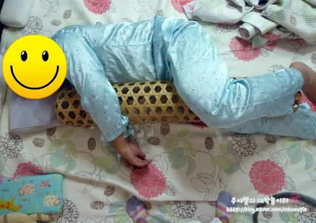 Hombre durmiendo con mujer de bambú