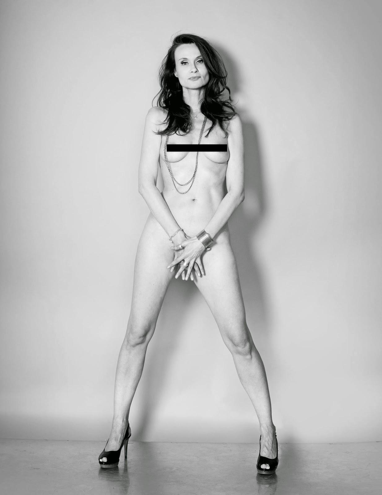 seksikäs alaston nainen naisseuraa miehille