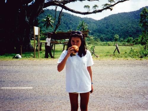 喉が渇いたのでロードサイドのココナッツ屋さんから ココナッツを買って割ってもらって飲む
