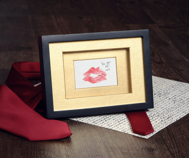 Make a personalized romantic gold-framed kiss print - db2