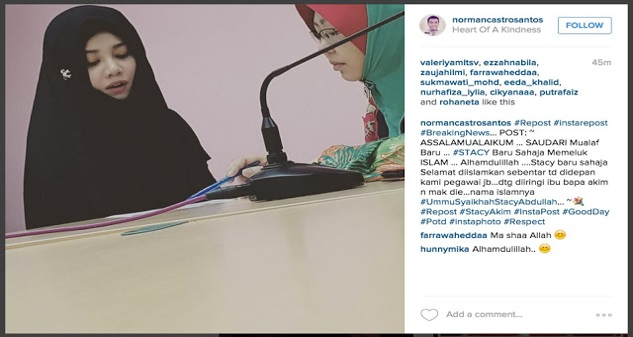 Stacy peluk islam dengan nama Ummu Syaikhah Stacy Abdullah.