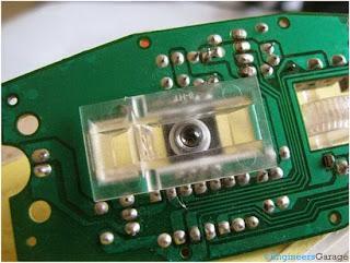 Penutup plastik transparan digunakan untuk merefleksikan dan memusatkan sinar yang dipancarkan di bawah kamera.