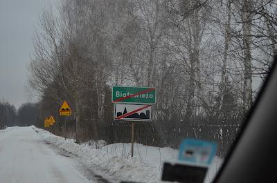 Foto da placa com o nome da cidade de Bialowieza