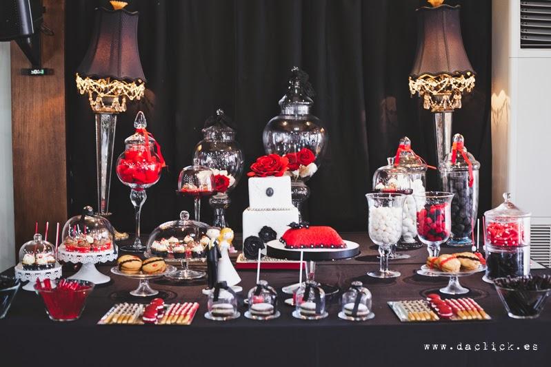 mesa de dulces decoración en blanco negro y rojo