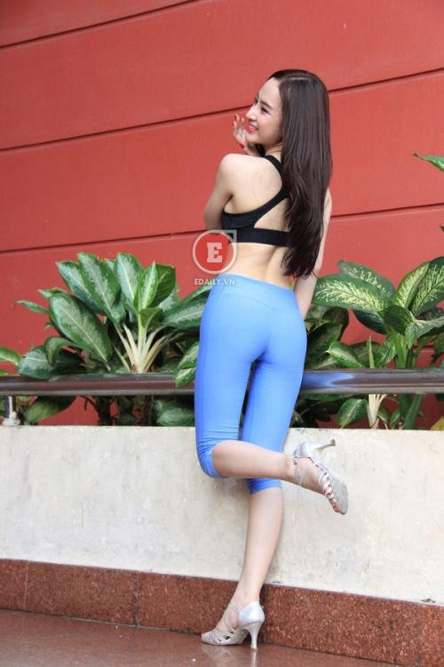 Ảnh Angela Phương trình mặc quần bó lộ khe mu 10