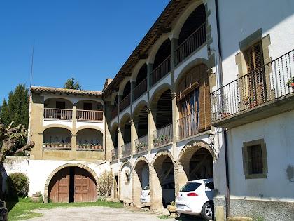 Façana de migdia amb les galeries porxades de Can Serrabou