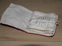 Tűtartó hímzéssel, kinyitva, needle book