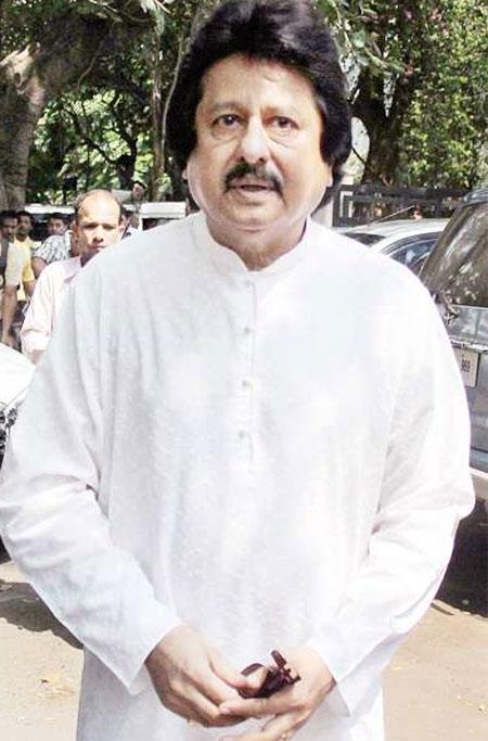 http://2.bp.blogspot.com/-Z5F6-l0RnZQ/TpR_TTxA4CI/AAAAAAAAAVI/9COLWkleuns/s1600/Jagjit+Singh+Funeral+Pictures+12.jpg