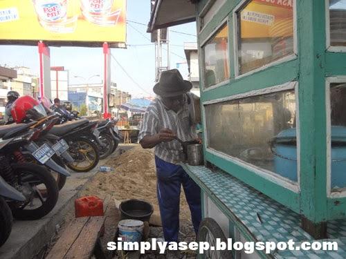 Sibuk menyiapkan pesanan. Foto Asep Haryono