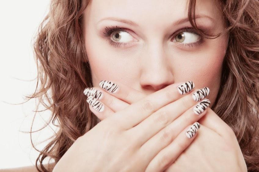 zasłanianie krzywych zębów